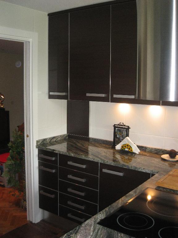 Cocina negra brillo encimera oscura o blanca decorar - Cocinas blancas y negras ...